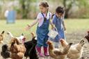 """ילדים מאכילים תרנגולים בתרפיה בעזרת בע""""ח"""