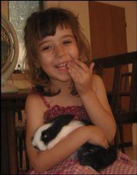 ילדה מחבקת אוגר טיפול רגשי הנעזר בכלבים טיפוליים