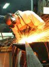 נפחות מודרנית | זיו עובדת בסדנת ברזל