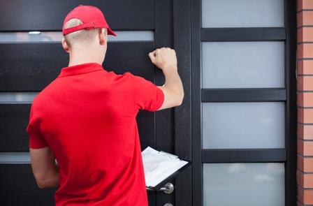 שליח דופק על דלת