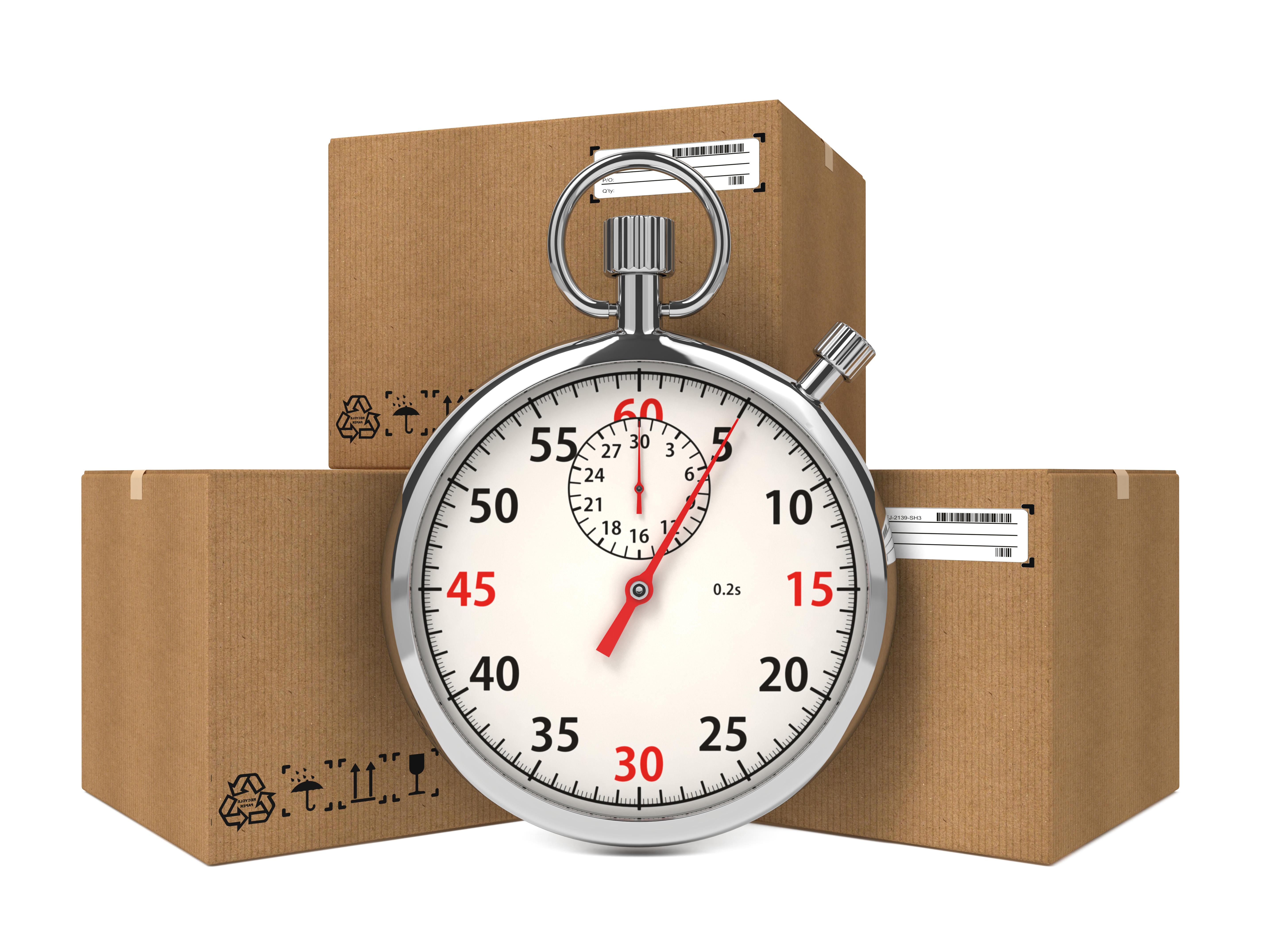 חבילות בארגזים ליד שעון