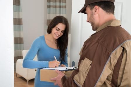 אישה חותמת על חבילה שקיבלה