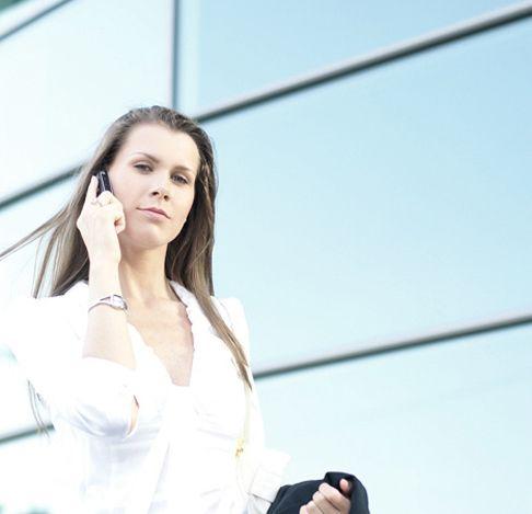 אישה מדברת בטלפון - מאך 1