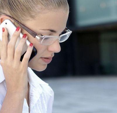 מדברת בטלפון