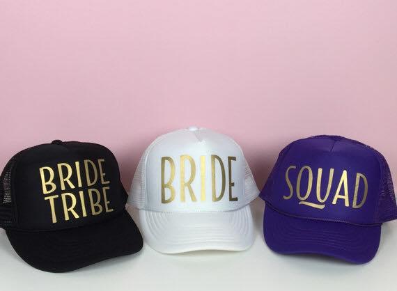 מבחר כובעי רשת בצבעים עם הדפס זהוב