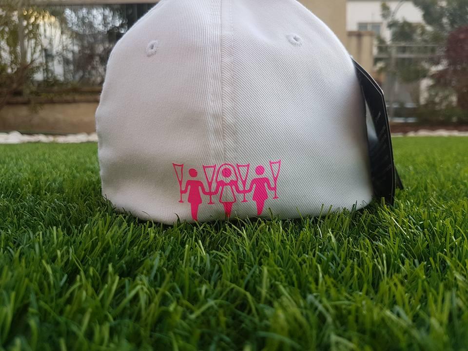 כובע בייסבול לבן עם הדפס ורוד בחלקו האחורי לחתונה