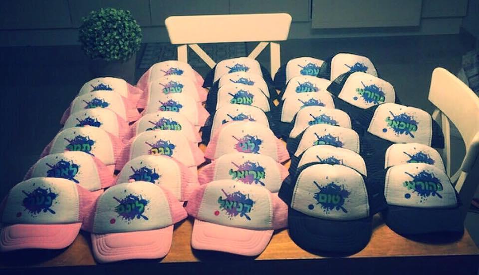כובעים של רשת בצבע ורוד עם הדפס לטיול שנתי