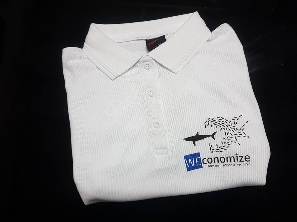 חולצת צווארון לבנה מעוצבת עם הדפס