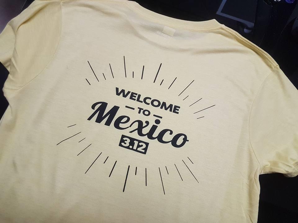 חולצה קצרה עם הדפס לוגו