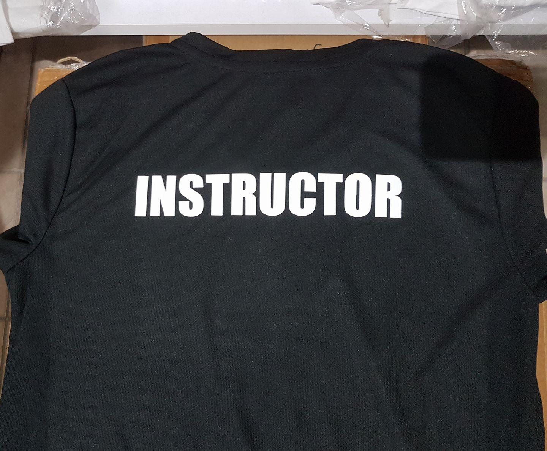 """חולצה שחורה עם הדפס """"מדריך"""""""