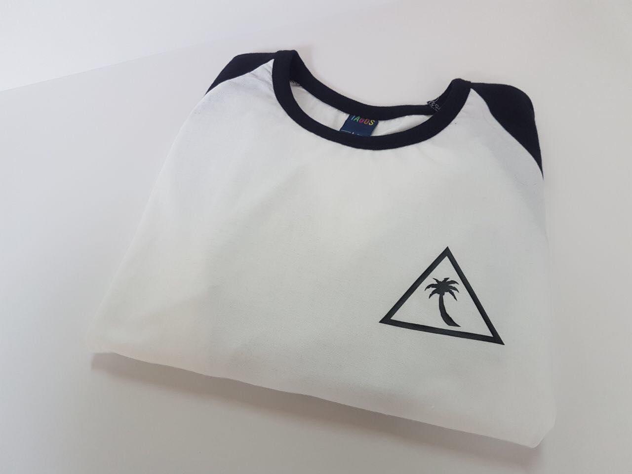 חולצה אמריקאית עם לוגו מודפס
