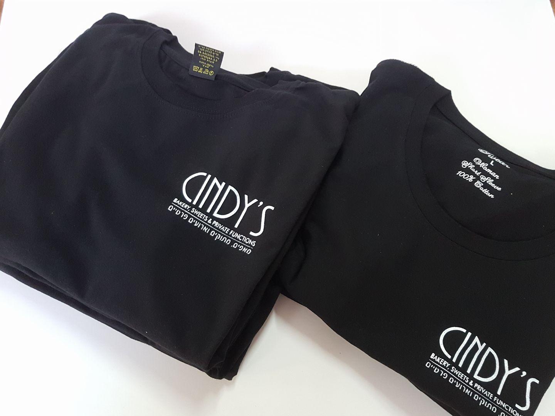 חולצות שחורות בעיצוב אישי עם הדפס