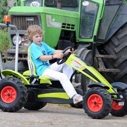 ילד רוכב על טרקטורון פדלים מדגם קלאס