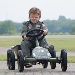 ילד רוכב על מכונית פדלים ג'יפ ג'וניור