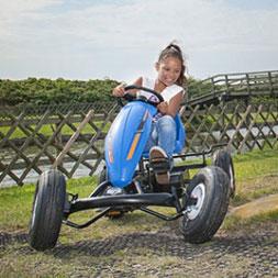 ילדה רוכבת על מכונית פדלים קומפקט ספורט