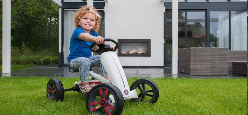 ילדה רוכבת על מכונית פדלים באזי פיאט