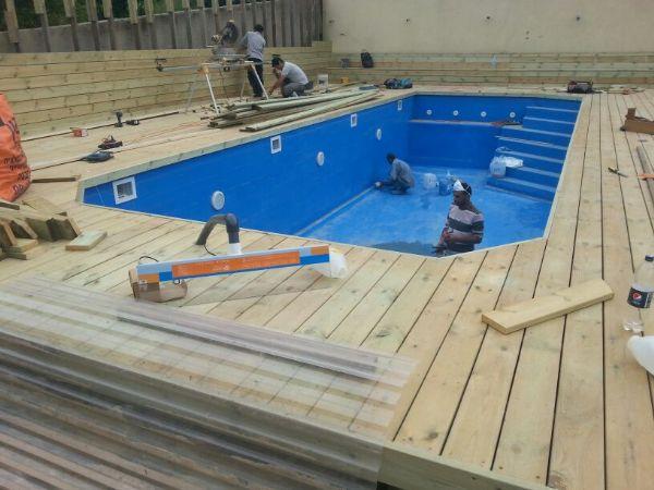 צוות בניית בריכה בפעולה