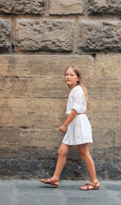 ילדה בשמלה לבנה