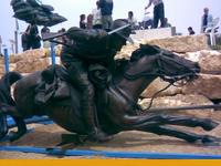 """מנוף 220 בהנפת פסל ברונזה בגן האוסטרלי בשכונה י""""א בבאר שבע"""