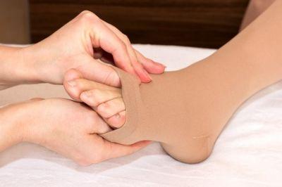 אינה בקר-התאמת גרביים אלסטיות לאחר טיפול לימפטי