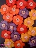 פרחי מגנט מחייכים בשלל צבעים.