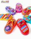 Flip Flops- מגוון תליוני סנדלים בשלל צבעים ודוגמאות היכולים לשמש כעדיפונים, תליונים לשרשראות או מחזיקי מפתחות.