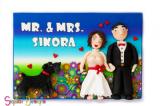 שלט שכולו חימר פולימרי, מהשלט ועד הפרחים, הכלב והדמויות. הזמנה מיוחדת כמתנת חתונה.