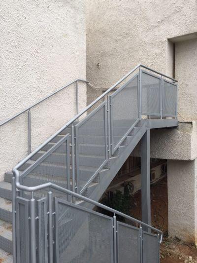 מדרגות ממתכת