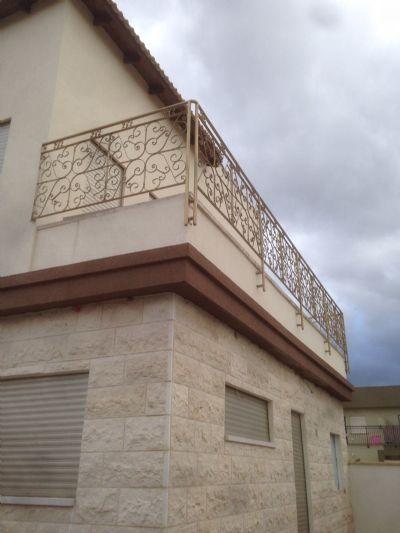 מעקה למרפסת בית