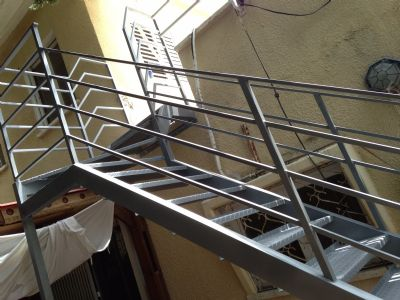 מדרגות מחוץ לבית