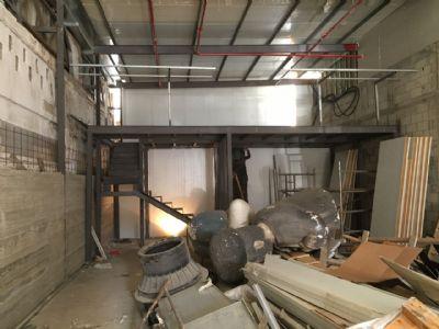 מבט צד גלריה מתכת עם מדרגות