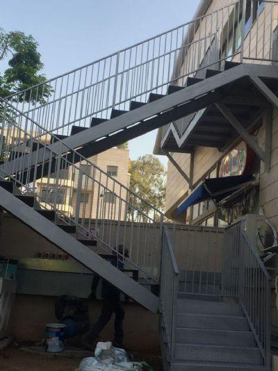 מדרגות חירום מתכת בהזמנה אישית