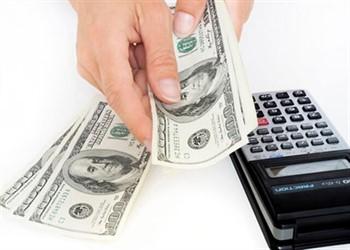 אדם נותן הלוואות במזומן בזמן