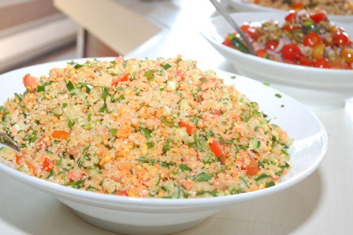סלט  בורגול- עגבניות,בצל סגול,נענע ופרוזליה ושמן זית