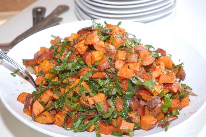 קוביות בטטה בתחמיץ בלסמי וכרשה ועגבניות מיובשות