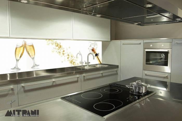 חיפוי זכוכית למטבח דוגמא-9 לחיים כוסות שמפניה ברקע.