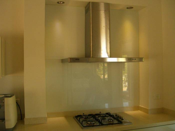 חיפוי זכוכית למטבח-דוגמא מאחורי לקולט אדים.