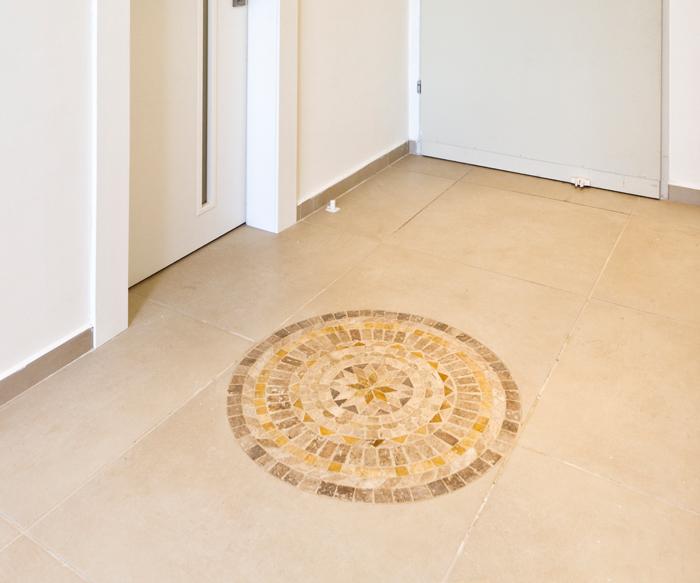 שטיח אבן ושיש .פרוזדור הבית.