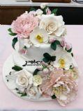 עוגת 2 קומות מהודרת עם פרחי בצק סוכר