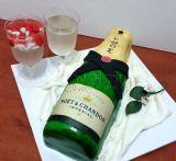 עוגת בקבוק משקה + 2 גביעי קינוחי ג´לטין ( דמויי שמפניה ) עם סוכריות שוקולד