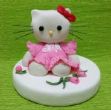 פיסול הלו קיטי מבצק סוכר כטופר על עוגת יום הולדת