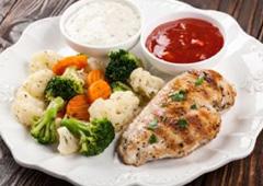 חזה עוף עם ירקות מאודים
