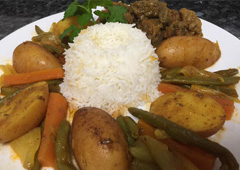 תבשיל ירקות וקוביות בשר ברוטב לצד אורז
