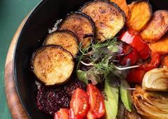 קערת קינואה עם ירקות קלויים