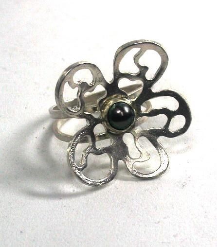 טבעת פרח קמור ופנינה
