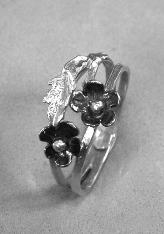 טבעת פרחים ועלה