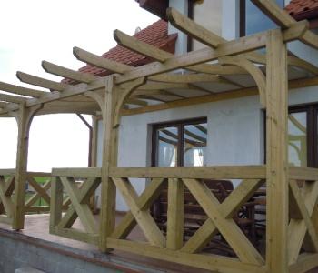 קשתות עץ המשמשות בבניית פרגולה - צוות גדרון