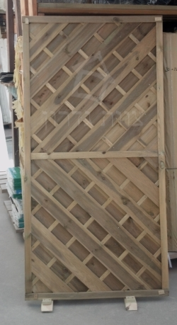 לוח לגדר עץ עם אלכסונים - צוות גדרון