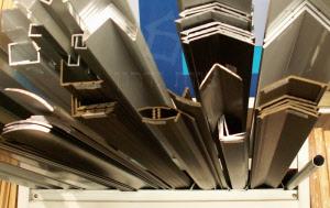 פרופילים מאלומיניום ומפלסטיק בתצוגה - צוות-גדרון