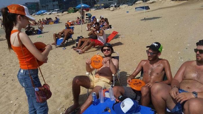 חלוקה מוצרי קידום מכירות / חלוקת פלאיירים בחוף הים